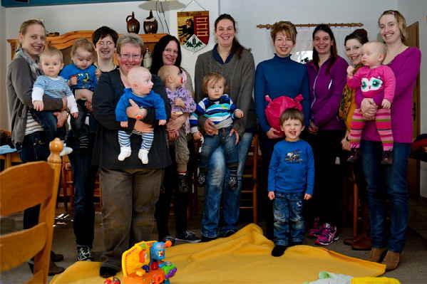 Im Bild zu sehen:  Mitte: Nina Lindemann-Bentz, vierte von rechts: Marianne Rohlfes mit den aktuellen Teilnehmern der Krabbelgruppe